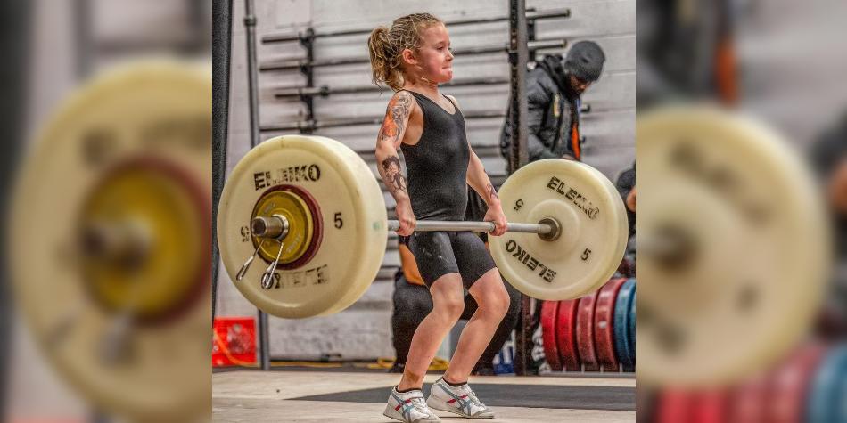 La increíble niña pesista, de 7 años, que ya levanta 80 kilos