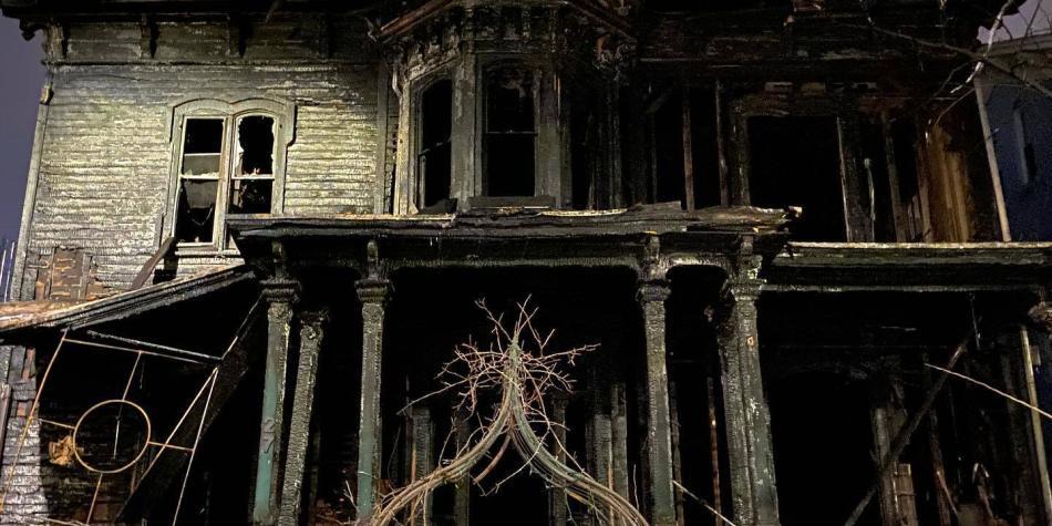 Llamas consumieron famosa casa de la Iglesia de Satanás