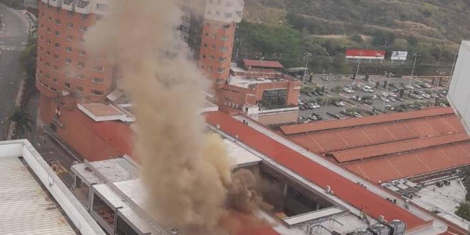 Bomberos frenaron el fuego a la hora del almuerzo en Chipichape