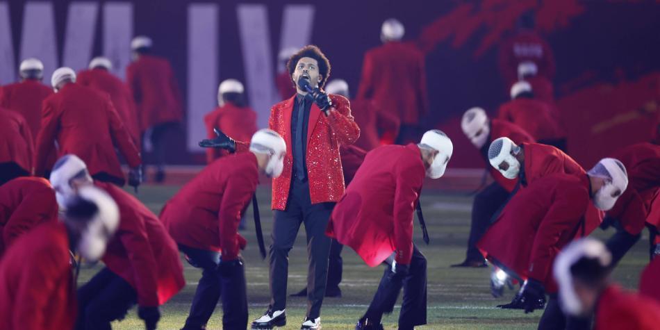 ¿Por qué los bailarines de The Weeknd llevaban el rostro vendado durante la Super Bowl?