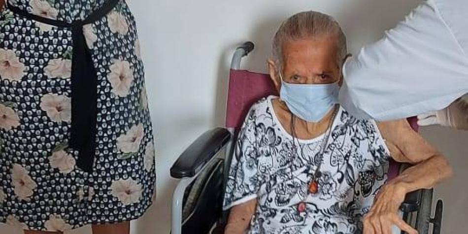 'Pachita' Mangonez, de 110 años, recibió la vacuna del covid en Sucre