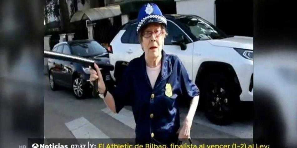 Ancianas se disfrazan de profesiones 'de hombres' por el 8M