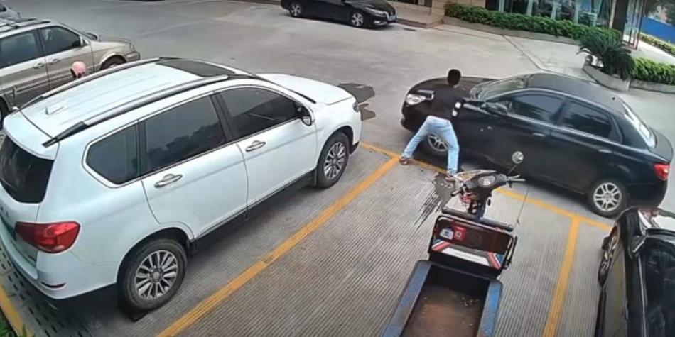 Video: un hombre, literal, alzó un carro y lo movió para sacar su moto