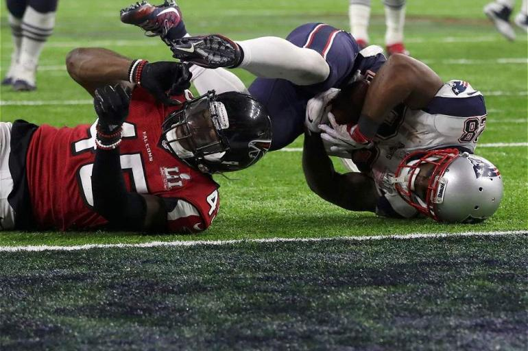 James White (der.), de los Patriotas, en una de las acciones del vibrante triunfo de su equipo en la final del Super Bowl 51, que se disputó en Houston, Texas.