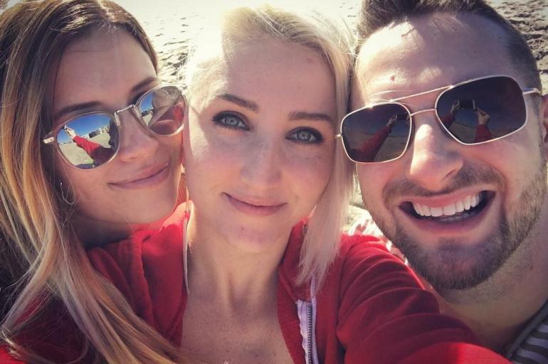 La intimidad del hombre que vive con sus dos novias en Estados Unidos