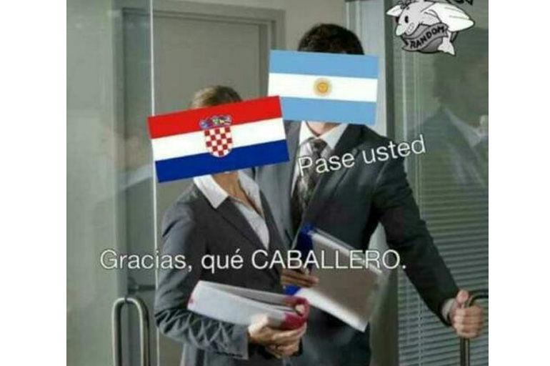 Lionel Messi sigue en deuda, pues poca participación ha tenido en el partido.