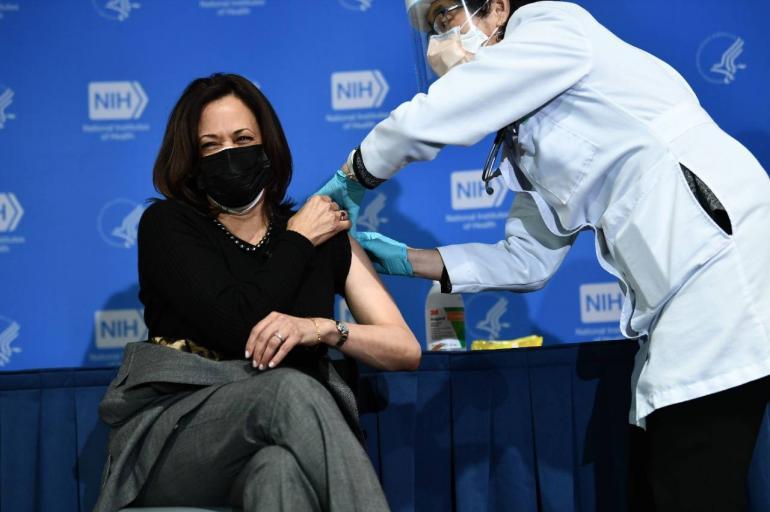 Kamala Harris recibe segunda vacuna