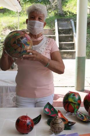 El totumo se convierte en artesanía en las clases en La Victoria (Valle)
