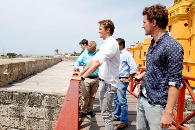 Extranjeros paseando por la ciudad amurallada en Cartagena.