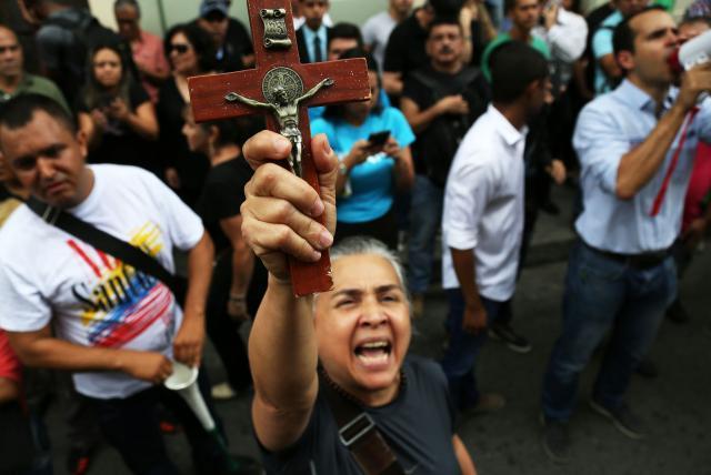 Algunas personas llegaron con el fin de hacerle un 'exorcismo' al candidato presidencial del partido político de FARC.