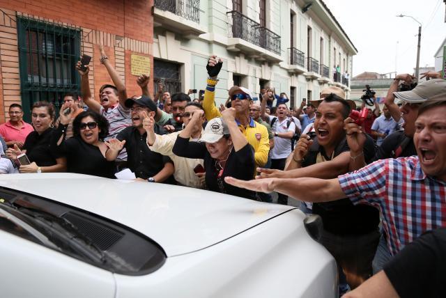 La camioneta fue golpeada por los manifestantes que esperaban la llegada de Rodrigo Londoño.