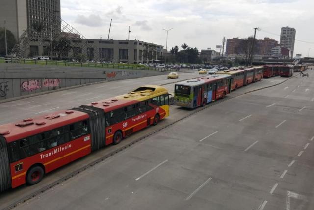 Bloqueo De Transmilenio Por Protesta De Profesores En La Calle 26 Bogota Eltiempo Com