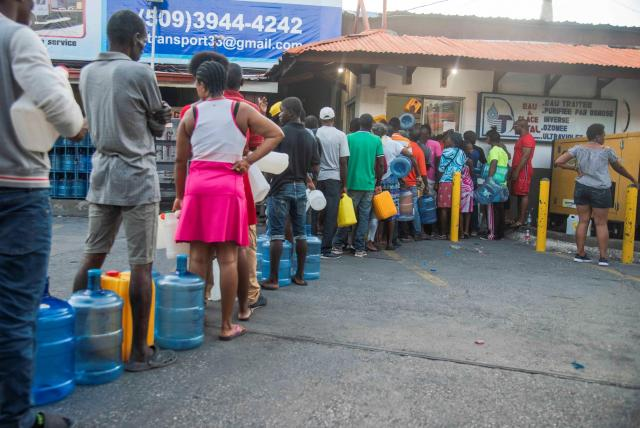 A raíz de las protestas de una semana, los ciudadanos han tenido que salir a la calle a buscar agua y comida. Las filas son interminables.
