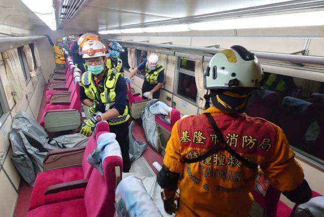 Tren con 350 pasajeros se descarrila en Taiwán y deja varios muertos - Asia  - Internacional - ELTIEMPO.COM