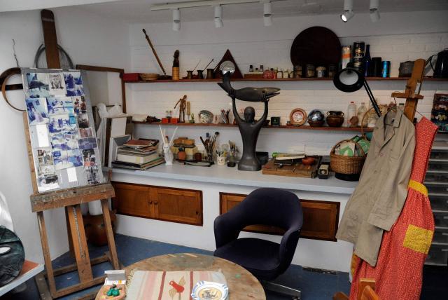El estudio donde la artista dio vida a tantas obras maravillosas, con su caballete y sus pinceles.