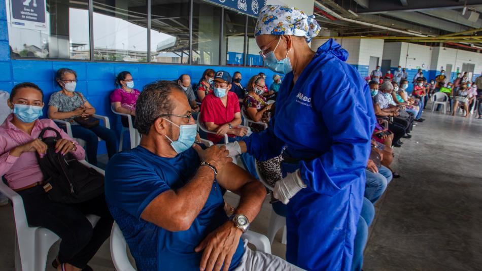 Comenzarán a vacunar a mayores de 40 años con comorbilidades