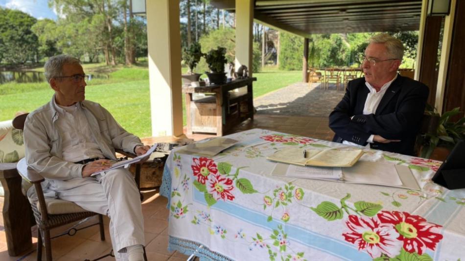 Álvaro Uribe y el padre De Roux hablan sobre el conflicto - Proceso de Paz  - Política - ELTIEMPO.COM