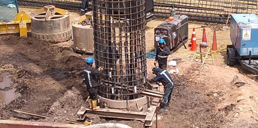 Obreros hacen la canastilla de hierro, que conforma la estructura del pilote; esta se rellena de concreto y se entierra a 50 y 76 metros.