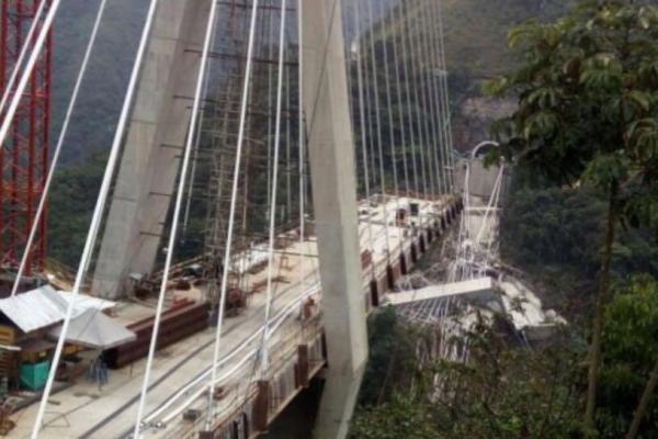 El puente de Chirajara minutos antes y después del desplome.
