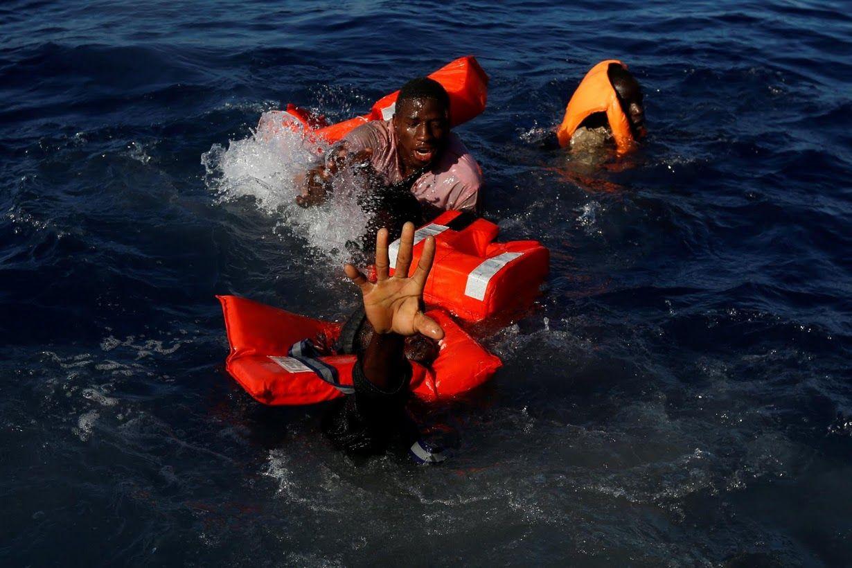 Así luchan los migrantes para no morir ahogados en el mar Mediterráneo