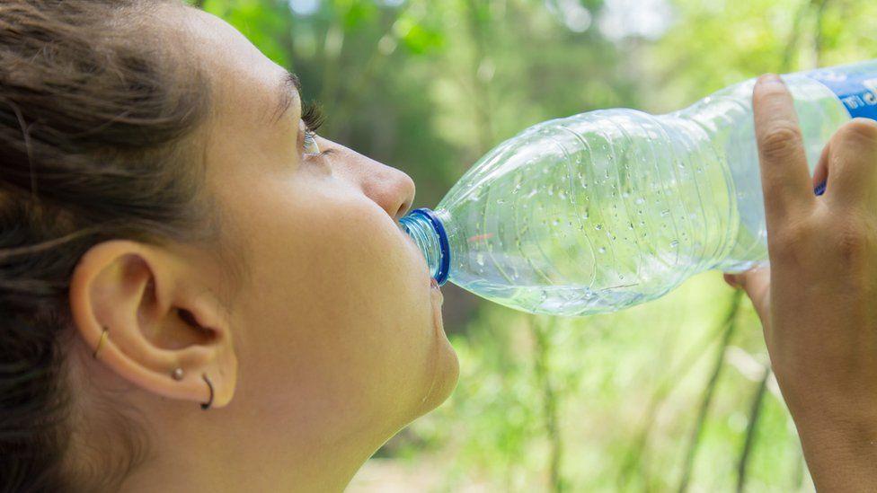 'Preocupante' hallazgo de partículas de plástico en botellas de agua