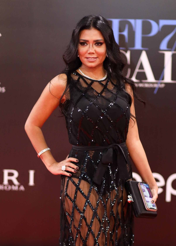 Retiran denuncias contra actriz egipcia que usó vestido transparente